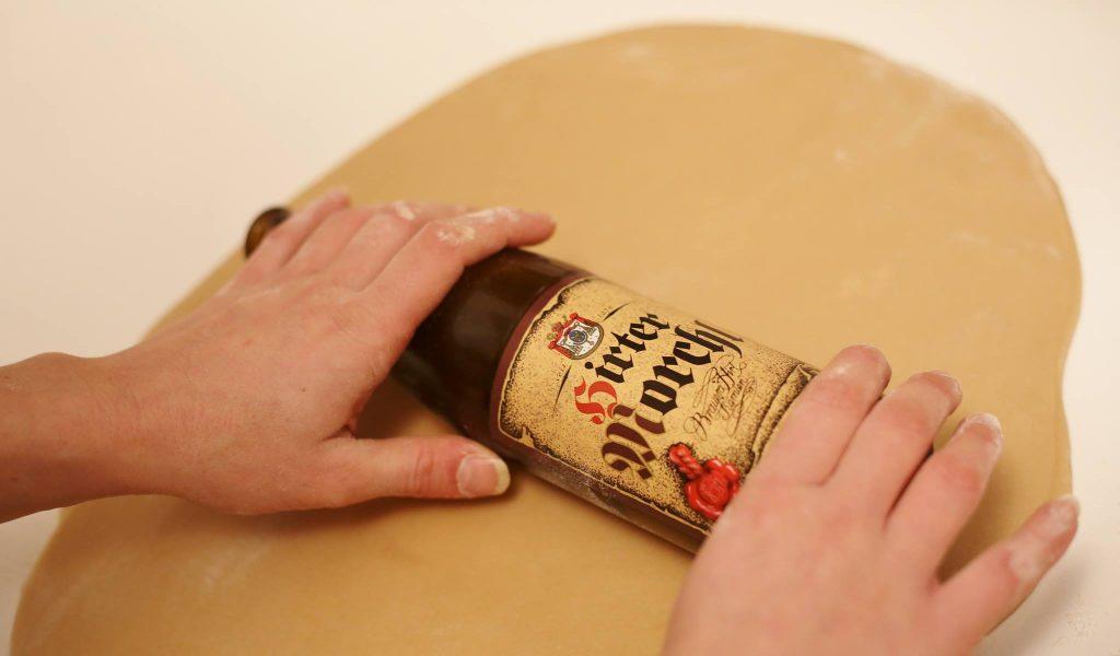 Weihnachtskekse mit Hirter Bier Teig ausrollen